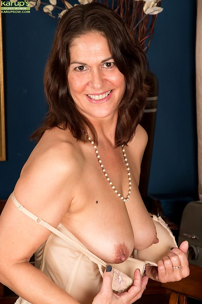 Middle-aged amateur makes her nude modeling debut at her writing desk