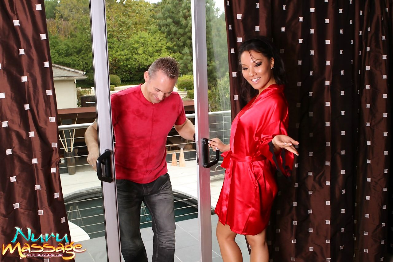 Asian massage therapists Asa Akira & Jackie Lin provide for a happy ending