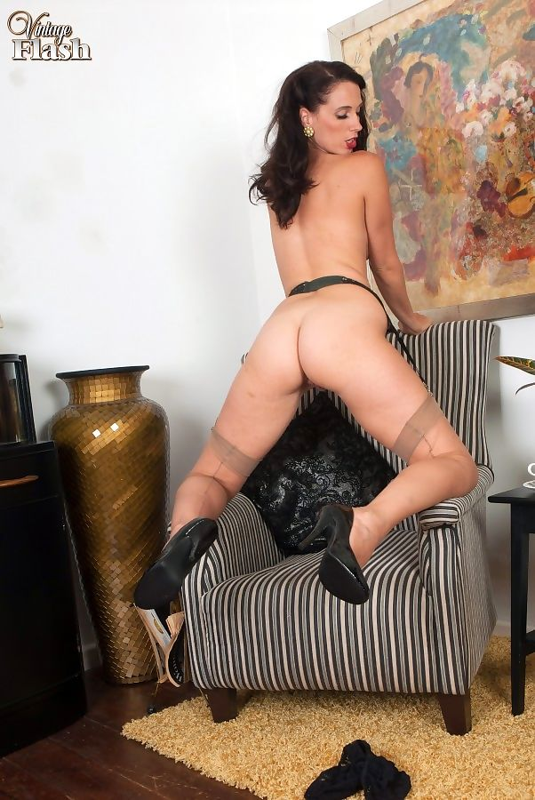 Mature MILF Tammy Lee showcases her pussy after removing vintage clothing