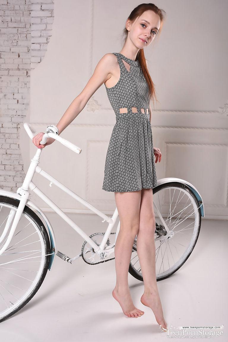 Teen nackt fahrrad