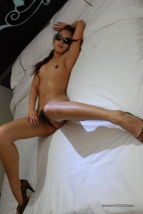 Naked korean chick in sleazy poses in the bedroom - part 1124