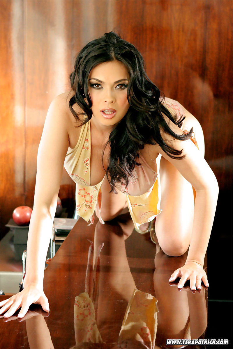 Asian babe Tera Patrick exposes her big tits and twat in high heels